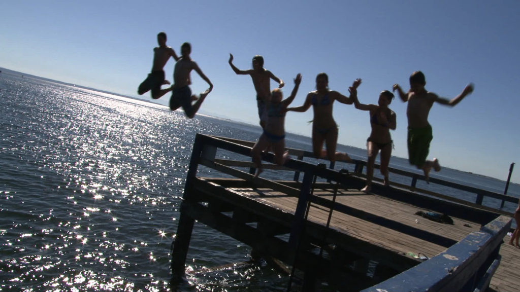 RS1293_010104_20 - kids jumping off pier-hpr